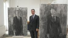 Blesa posa entre dos de los bocetos de su retrato en el estudio de Carmen Laffón en una imagen que consta en los correos de Blesa
