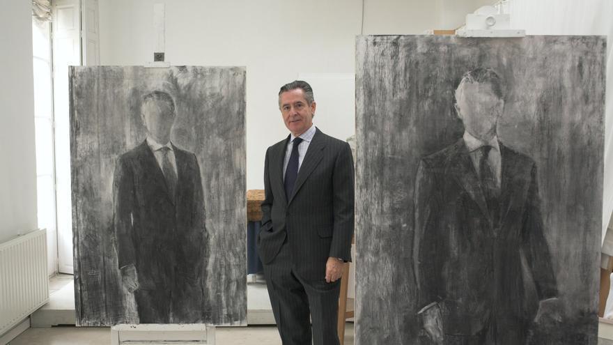 Blesa posa entre dos de los bocetos de su retrato en el estudio de Carmen Laffón.