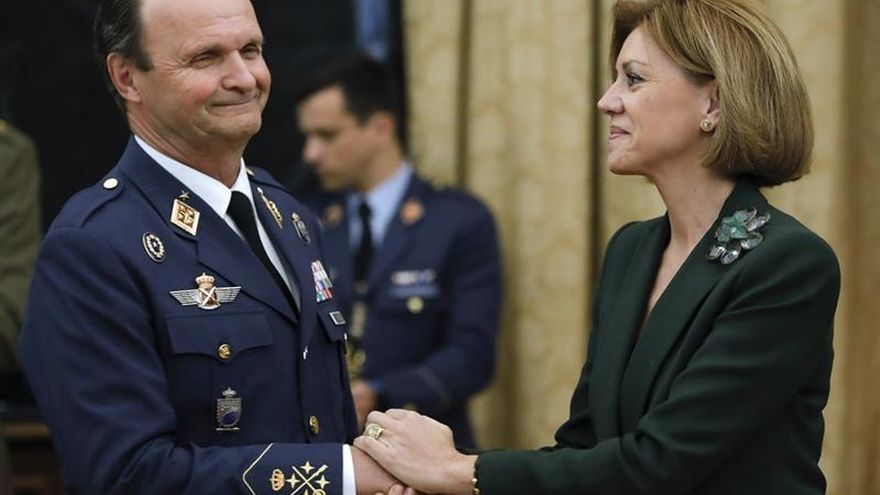 El nuevo jefe de Estado Mayor del Aire (Jema), general del aire Javier Salto, saluda a la ministra de Defensa, María Dolores de Cospedal (d), en el acto de su toma de posesión hoy en el Cuartel General del Aire, en Madrid.