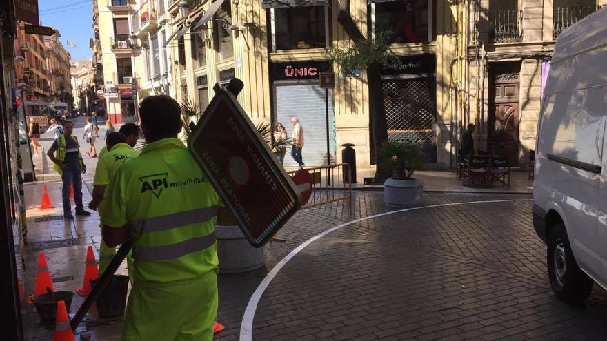 Un operario instalando la señalización vertical en la calle Caballeros