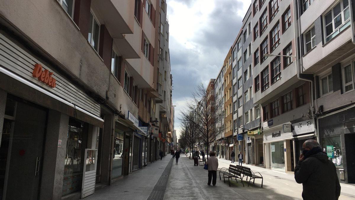 Imagen durante el confinamiento de la calle Barcelona, vía peatonal que vertebra el barrio del Agra do Orzán, en A Coruña.