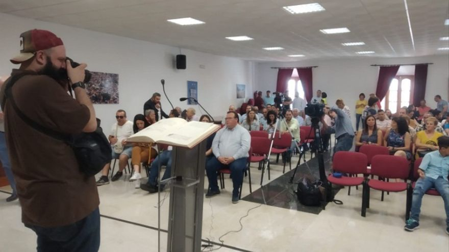 El salón de plenos del Ayuntamiento de Zalamea, con la ausencia de los ediles de PSOE y Unidas Podemos