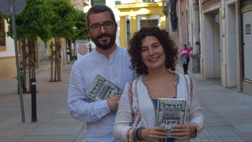 Los médicos coordinadores de la publicación 'Salubrismo o barbarie', Javier Padilla y Vicky López.
