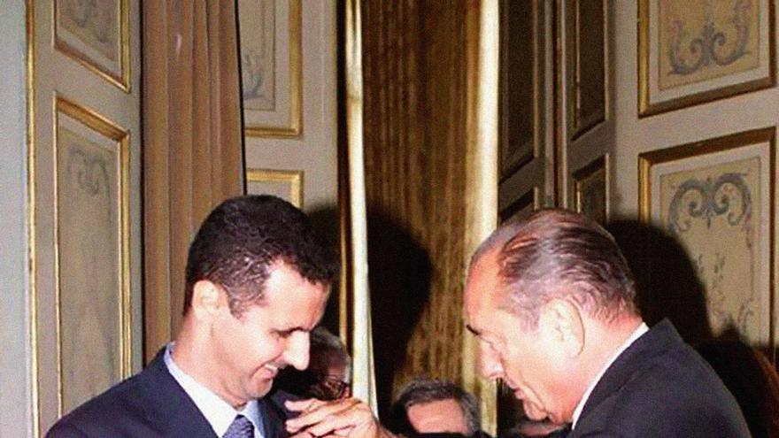 El presidente sirio Bashar al Asad recibe la medalla de la Legión de Honor francesa el 27 de junio de 2001 de la mano del presidente Jaques Chirac en el palacio del Elíseo
