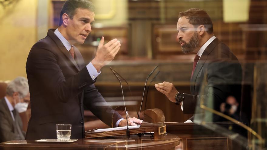 Pedro Sánchez y Santiago Abascal en dos momentos del debate de la moción de censura de Vox.