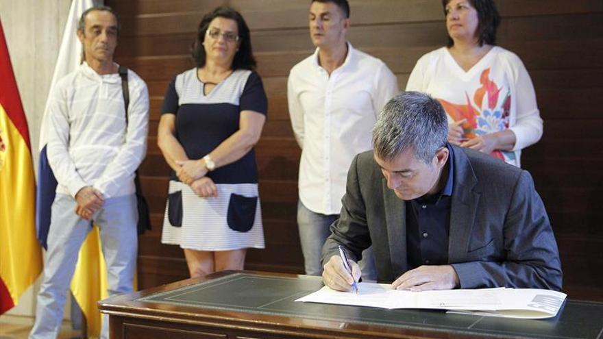 El presidente del Gobierno de Canarias, Fernando Clavijo, firmado el acuerdo entre la Consejería de Educación y los sindicatos sobre la mejora del marco retributivo del personal docente no universitario