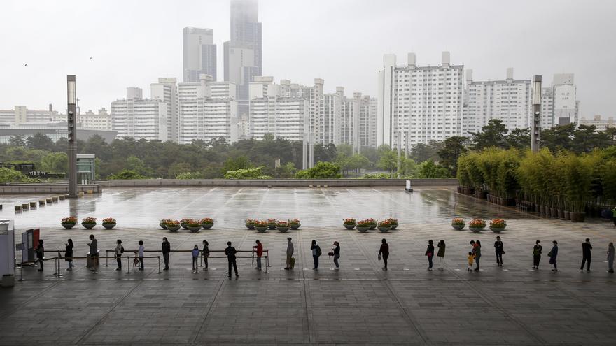 9 de mayo de 2020, Seúl: Los visitantes del Museo Nacional esperan en una cola a distancia para entrar después de que se permitiera su reapertura.