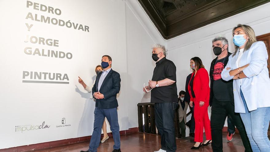 Almódovar se estrena con el pincel junto a Jorge Galindo en la muestra gratuita 'Pintura' del Museo de Santa Cruz de Toledo
