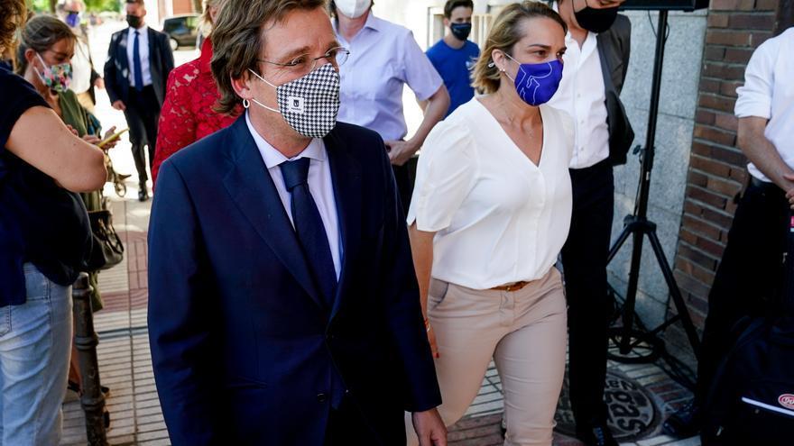 El alcalde de Madrid, José Luis Martínez-Almeida y la concejala del distrito de Moncloa-Aravaca, Loreto Sordo, a su llegada la inauguración de la placa que rinde homenaje a la escritora Pilar de Valderrama, a 30 de junio de 2021, en Madrid (España).