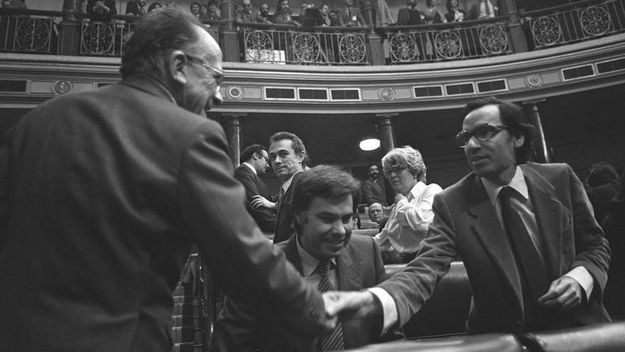 Carrillo saluda al entonces vicepresidente Guerra, ante la mirada del presidente González, en noviembre de 1982. EFE/Archivo