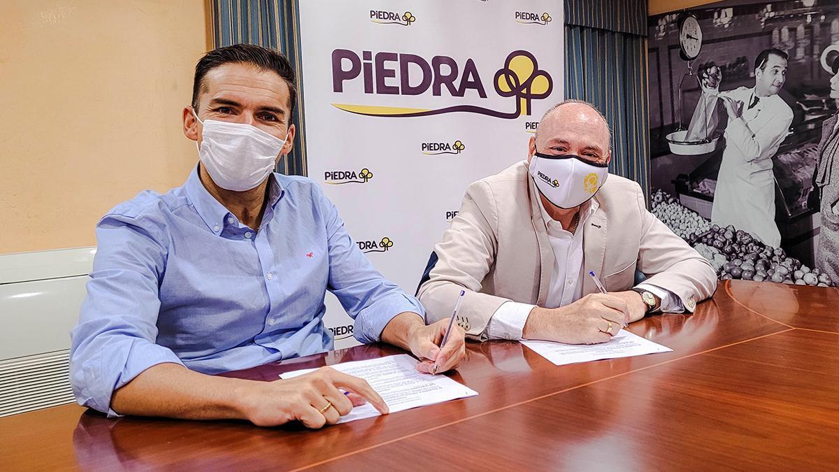 Firma del acuerdo entre Paco Salinas y Piedra.