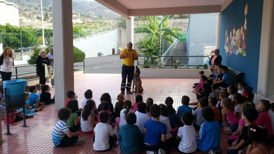 En la imagen, Francisco Hernández, coordinador del Grupo de Rescate Canino de AEA, explica a los escolares de El Roque la labor que realizan.