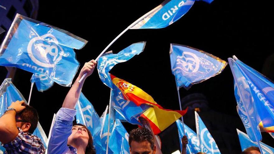 Militantes de PP ondean banderas del partido. (EFE).
