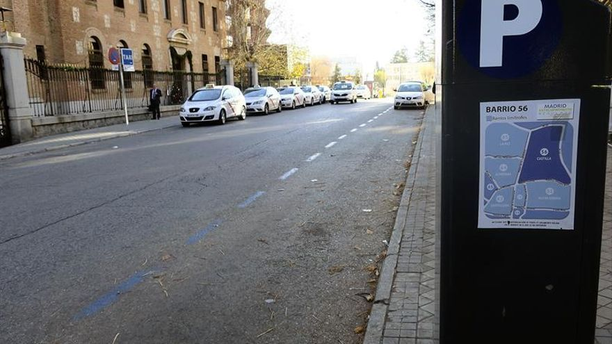 Madrid sube el aparcamiento a los contaminantes, crea una tasa a cajeros automáticos y baja el vado