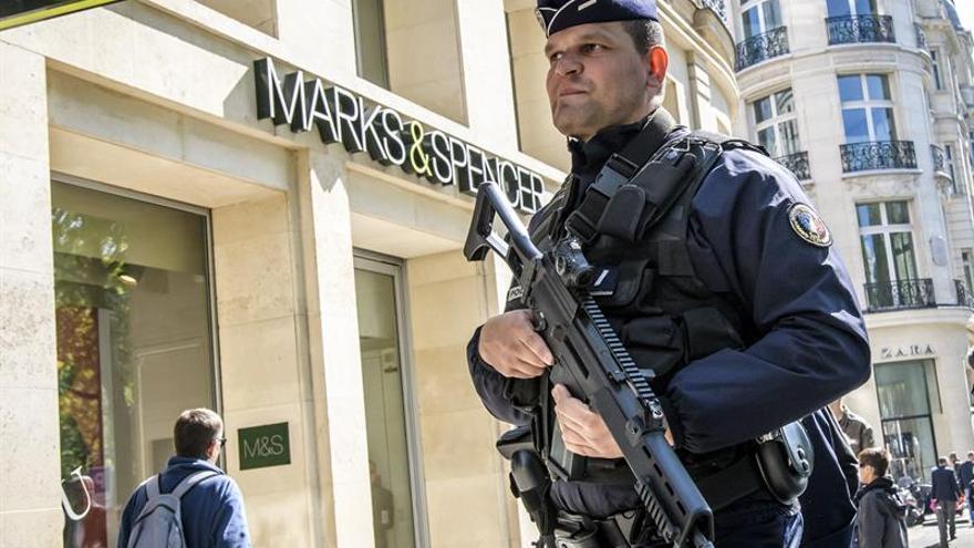 Prolongan arresto presuntos yihadistas que iban a atentar en campaña francesa