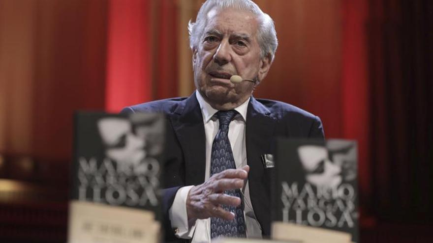 Vargas Llosa: el Nobel debe ser para escritores y no para cantantes