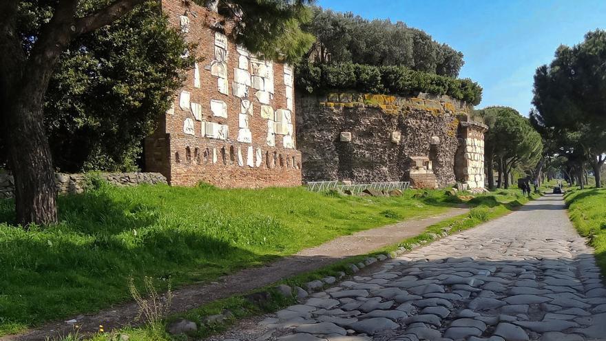 Restos de tumbas y piedras de la antigua calzada romana en la Vía Appia.