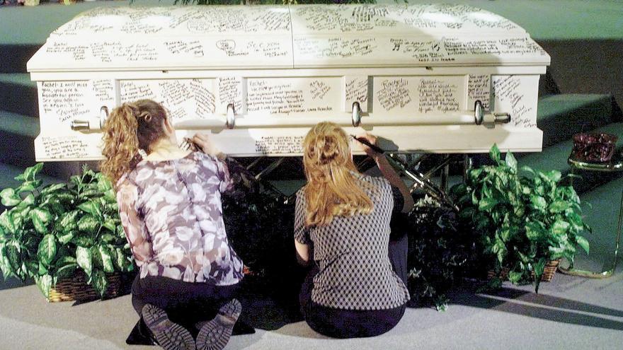 Dos compañeras firman en la tumba de uno de los jóvenes asesinados durante la matanza de Columbine/ James Keivom