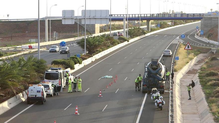 Un hombre de 46 años fallece tras ser atropellado en Gran Canaria mientras revisaba una avería en su vehículo.