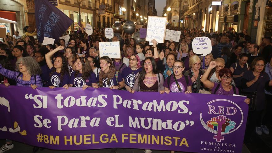 La manifestación a su paso por la calle de Triana.