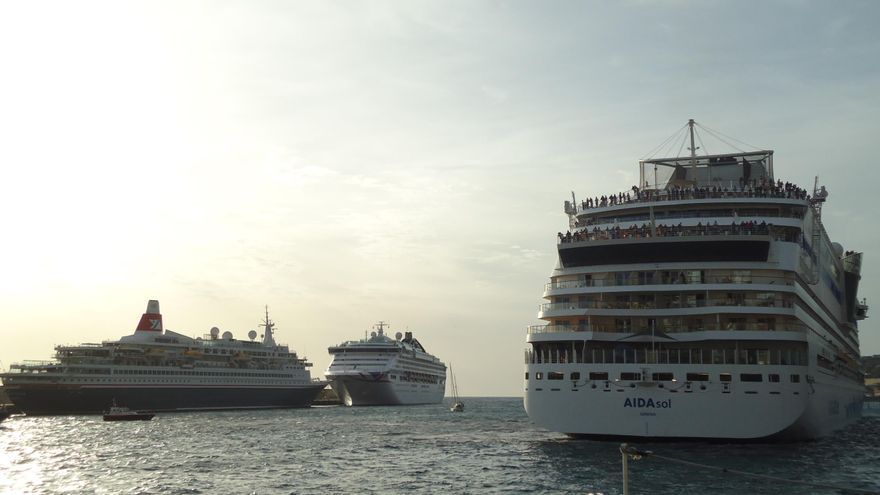 Los buques Aida Sol, el Oceana y el Boudicca, este viernes, 30 de diciembre, en el Puerto de Santa Cruz de La Palma. Foto: LA PALMA AHORA.