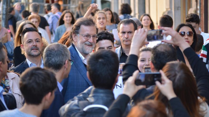 Un Rajoy afónico en el cierre de campaña realiza un paseo por Ourense con multitud de 'selfis' y saludos