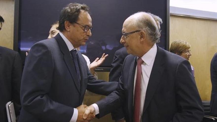 Vicent Soler saluda a Cristóbal Montoro en el Consejo de Política Fiscal y Financiera