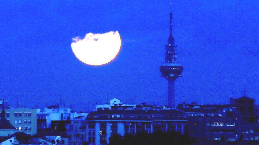 Imagen lejana de Torrespaña en la noche de Madrid