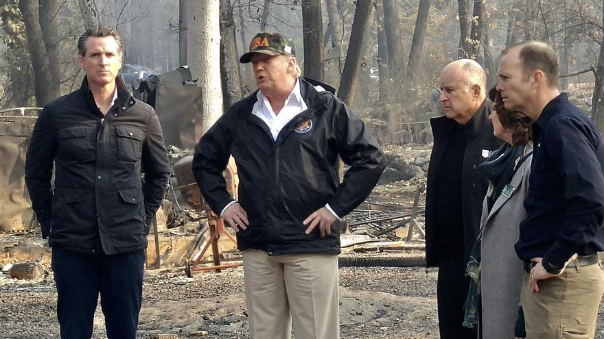 A la izquierda, el gobernador de California, Gavin Newson, junto a Donald Trump durante su visita a los incendios de California.