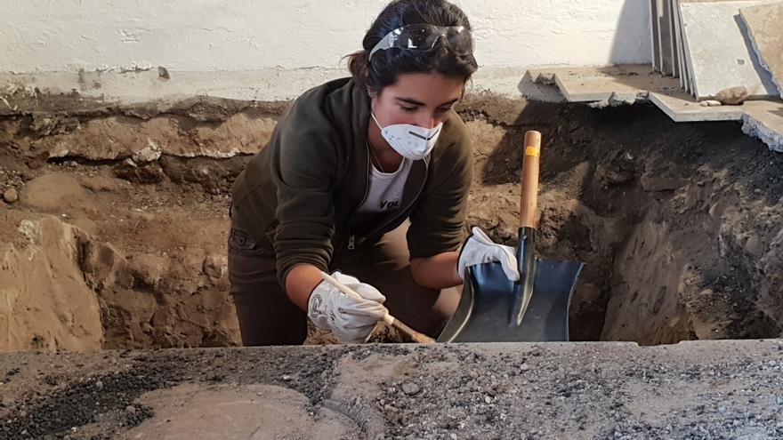 Nuria Álvarez en la excavación del Castillo de Santa Catalina.