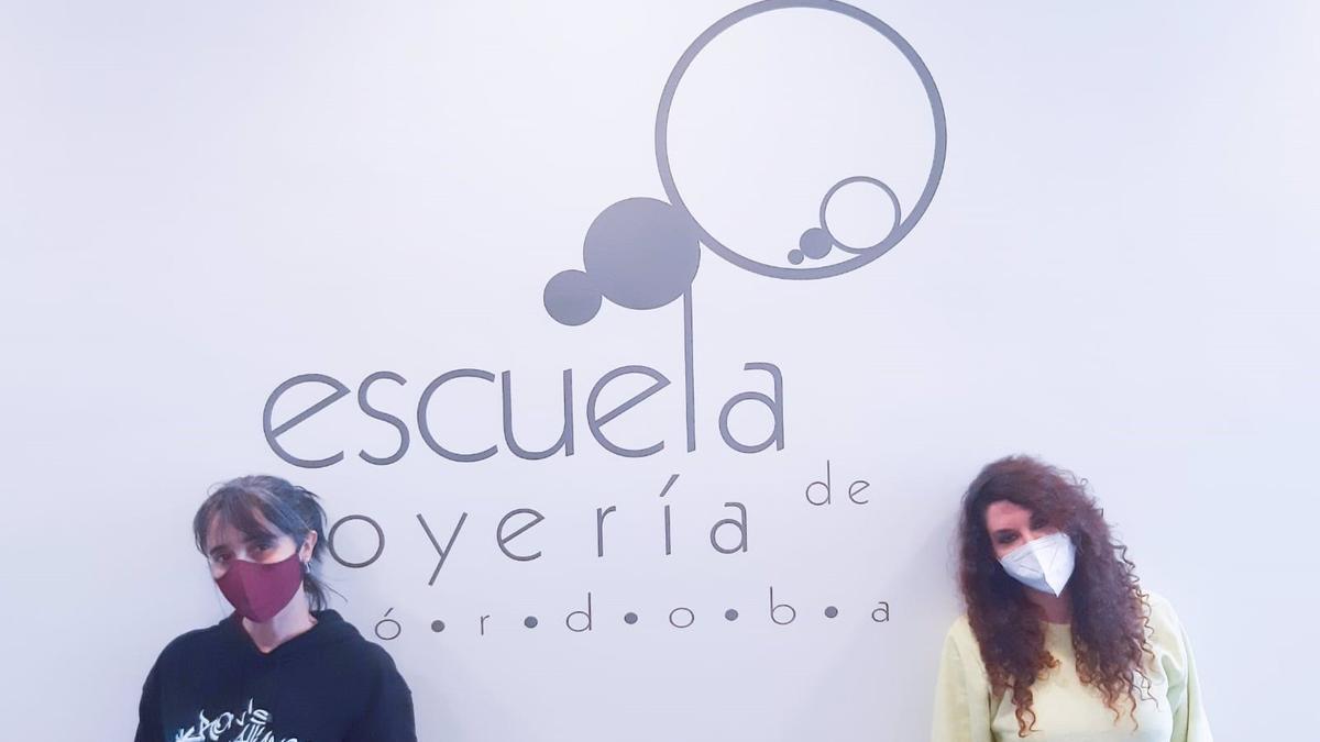 Blanca Sánchez (izda.) y Silvia García, finalistas y alumnas del Centro de Referencia Nacional y Escuela de Joyería de Córdoba.