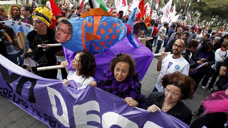 """Manifestación en las calles de Las Palmas de Gran Canaria para celebrar el Día de la Mujer. En la imagen se puede ver como varios """"viudos y viudas"""" portaban una """"gallardina"""" a la que dieron sepultura. EFE/Elvira Urquijo A."""