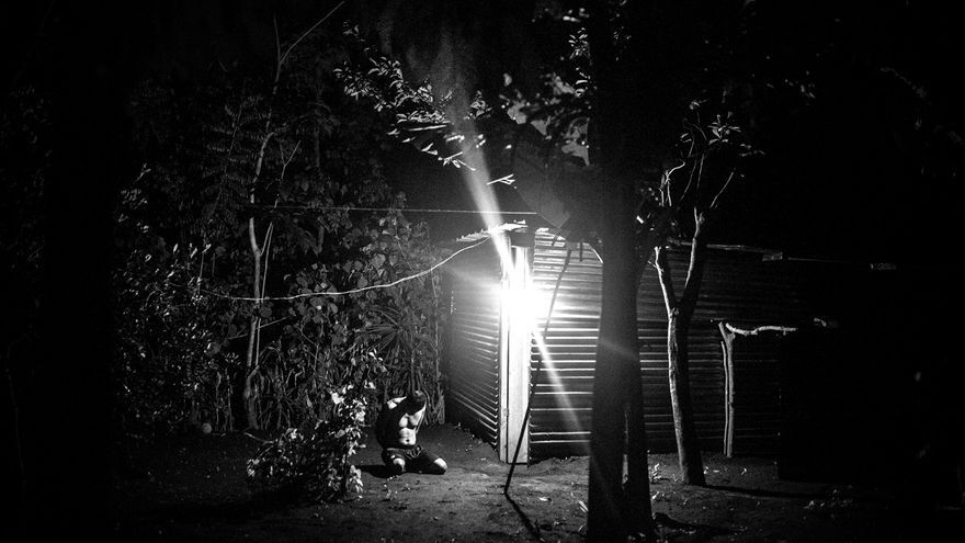 Un hombre, presuntamente miembro de la Mara Salvatrucha, es arrestado y acusado de terrorismo y limitación de la circulación de personas durante un operativo policial realizado en el cantón Talcumulca del municipio de Izalco, Sonsonate. Informes oficiales indican que en el Triángulo Norte de Centroamérica hay más de 100 mil integrantes de las pandillas. Entre 30 i 60 mil pandilleros se ubican en El Salvador (datos del Ministerio de Justicia y Seguridad Pública de El Salvador), 15 mil en Guatemala (datos de la Dirección de Inteligencia Civil), y 25 mil en Honduras (registro de la Policía Nacional de Honduras).