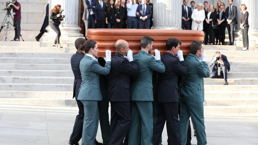 La familia de Rubalcaba entierra sus cenizas junto a sus padres en el cementerio de La Paz (Tres Cantos)
