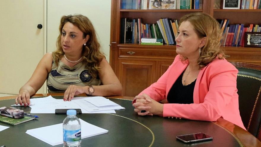 La consejera de Políticas Sociales, Cristina Valido y la directora del Instituto Canario de la Vivienda, María del Pino de León