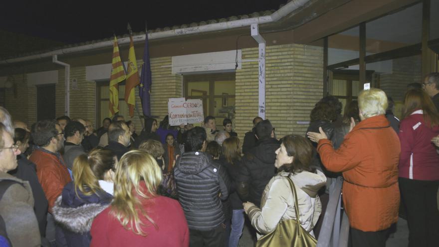 Más de cien vecinos se concentraron a las puertas del Ayuntamiento.