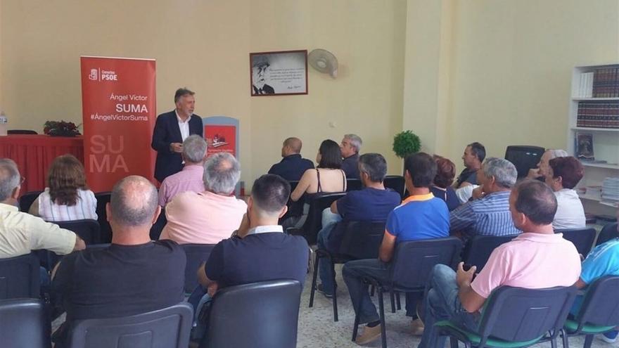 Ángel Víctor Torres, en un acto con simpatizantes del PSOE.