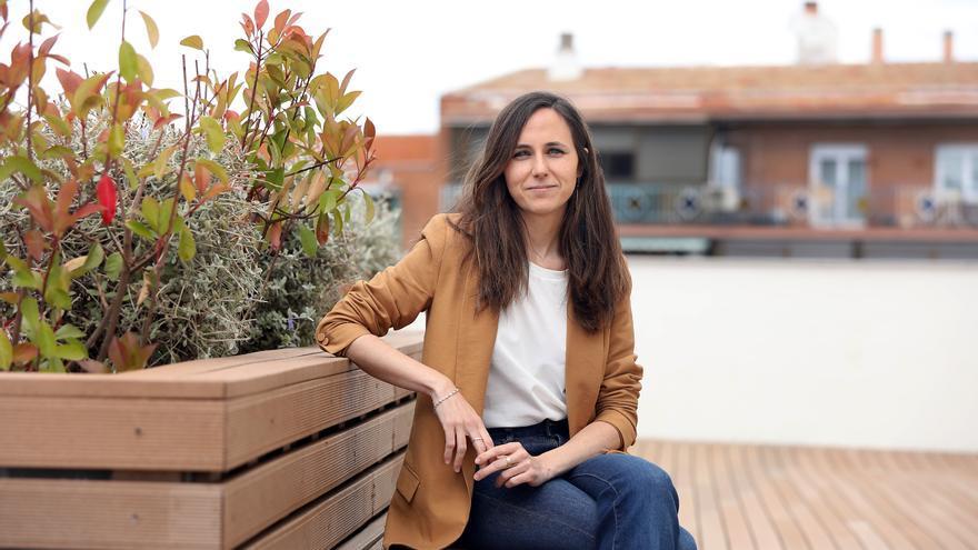 La ministra de Derechos Sociales y candidata a la Secretaría General de Podemos, Ione Belarra, en la terraza de la sede del partido.