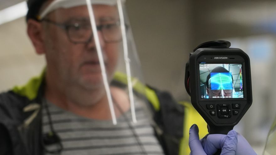 Un voluntario de la DYA toma la temperatura con una pistola a un viajero en la estación de metro de Otxarkoaga / Europa Press