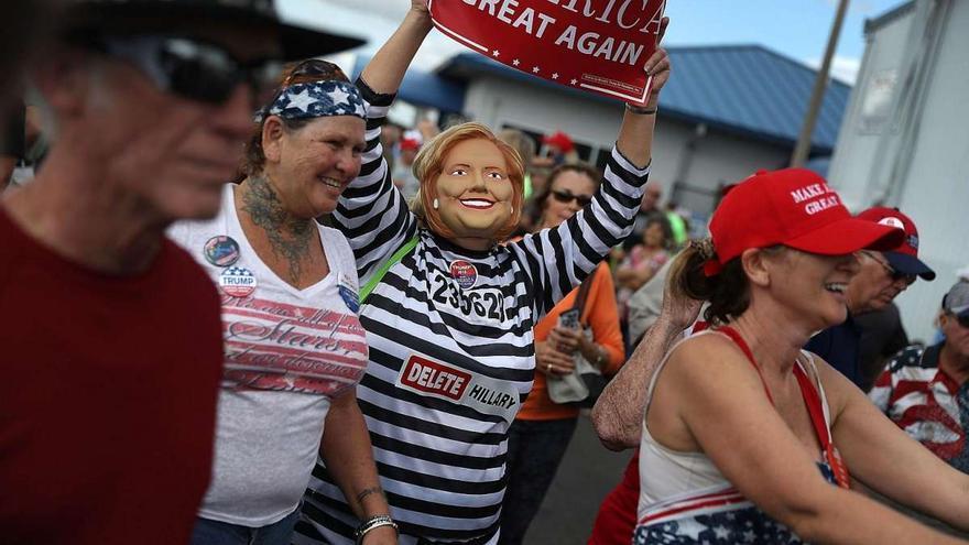 Disfraz de Hillary Clinton presa, en un mitin de campaña republicano en Florida (Associated Press)
