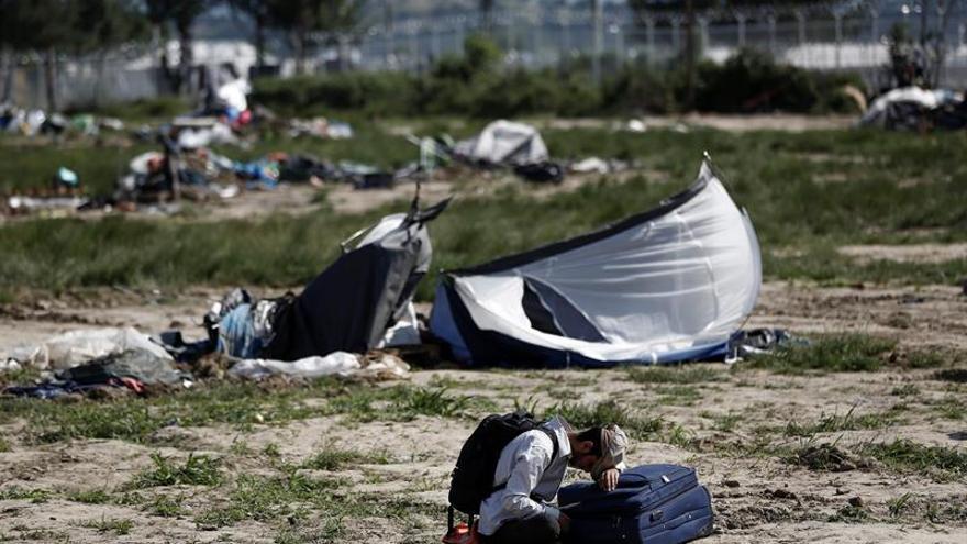 La policía griega comienza desalojo de otro centro improvisado de refugiados