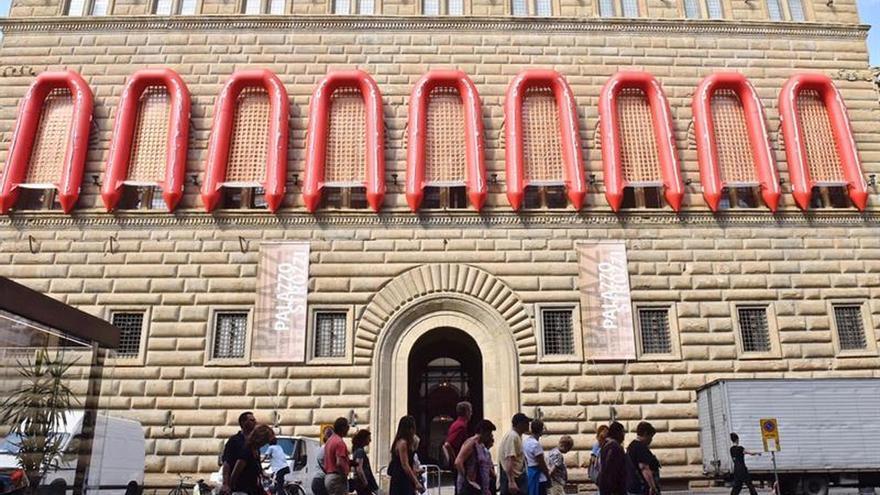 Ai Weiwei cuelga lanchas del Palazzo Strozzi para concienciar sobre la migración