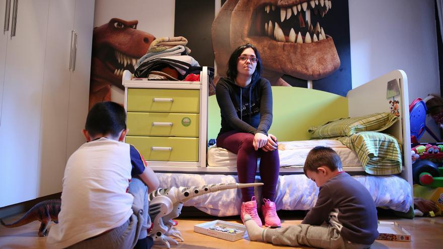 Damaris con sus hijos Daniel, de siete años, y Samuel, de tres. / Marta Jara