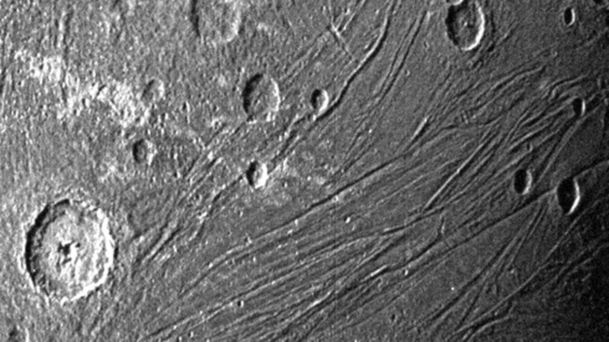 Fotografía donde se muestra Ganímedes, la luna gigante de Júpiter, tomada por la Unidad de Referencia Estelar de Juno