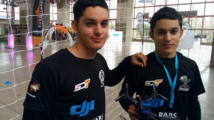 Los hermanos Adrián y Miguel López del Spain Drone Team, en la Global Robot Expo