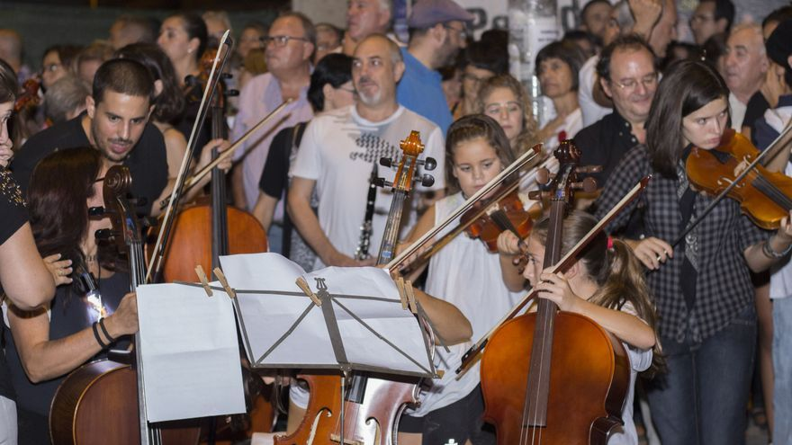 Músicos durante la interpretación de The Wall en Murcia