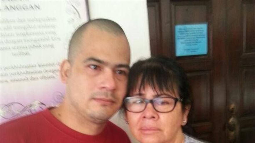 Victor y su madre durante el juicio por el que fue condenado a muerte.
