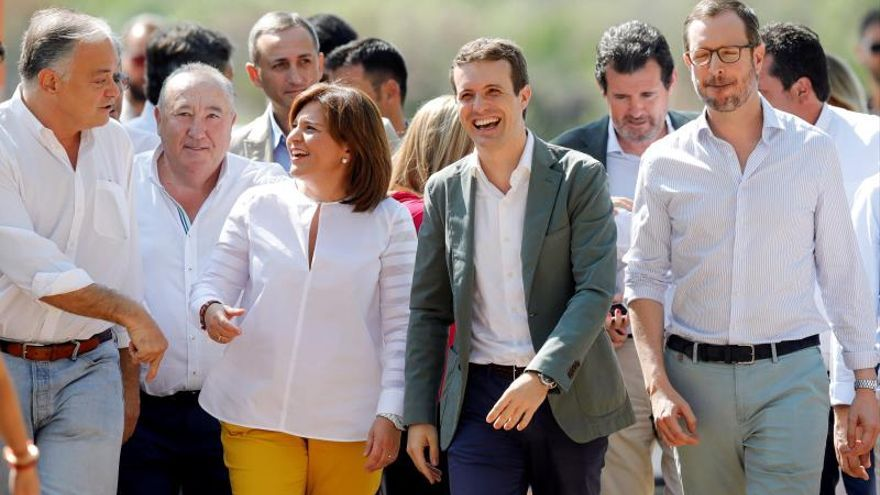 Isabel Bonig y Pablo Casado con César Sánchez detras de ellos