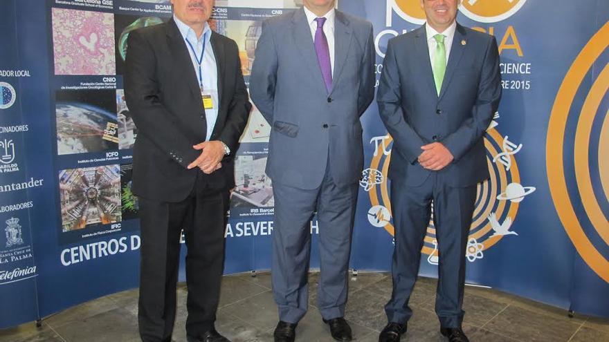 Rafael Rebolo, Anselmo Pestana y Sergio Matos (de izquierda a derecha), han presidido el acto de apertura del foro '100xCiencia'.