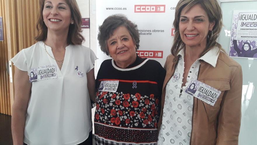 Cristina Almeida junto a sindicalistas de CCOO en Albacete.